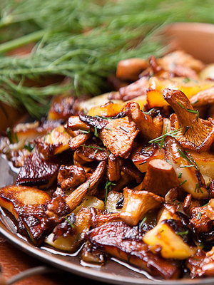 Fried potatoes with chanterell mushrooms